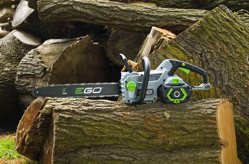 Batteridriven motorsåg EGO POWER+ CS1800E på stockar